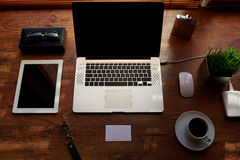 Zombe acima do desktop do escritório com acessórios e trabalhe ferramentas, laptop do portable da tela vazia Foto de Stock