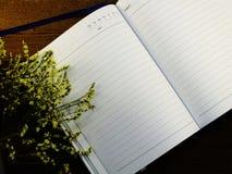 Zombe acima do fundo de madeira do caderno com as decorações da flor das flores Fotos de Stock
