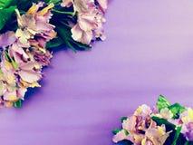 Zombe acima do fundo de madeira do espaço com as decorações da flor das flores Foto de Stock