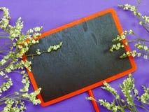 Zombe acima do fundo de madeira preto com as decorações da flor das flores Imagem de Stock