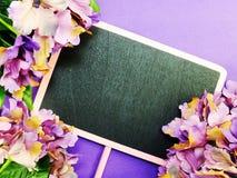 Zombe acima do fundo de madeira preto com as decorações da flor das flores Fotos de Stock