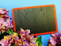 Zombe acima do fundo de madeira preto com as decorações da flor das flores Imagem de Stock Royalty Free