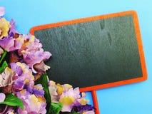 Zombe acima do fundo de madeira preto com as decorações da flor das flores Imagens de Stock Royalty Free