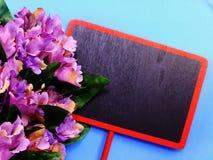Zombe acima do fundo de madeira preto com as decorações da flor das flores Fotos de Stock Royalty Free