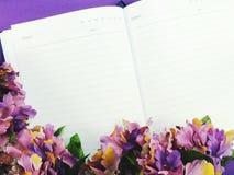 Zombe acima do fundo de madeira preto com as decorações da flor das flores Fotografia de Stock Royalty Free