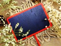 Zombe acima do fundo de madeira preto com as decorações da flor das flores Imagens de Stock