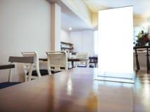 Zombe acima do quadro do menu na tabela no fundo do café do restaurante foto de stock royalty free