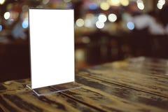 Zombe acima do quadro do menu que está na tabela de madeira no café do restaurante da barra Fotografia de Stock Royalty Free