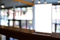 Zombe acima do quadro do menu que está na tabela de madeira no café do restaurante da barra Fotografia de Stock
