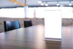 Zombe acima do quadro do menu que está na tabela de madeira no café do restaurante da barra Imagens de Stock