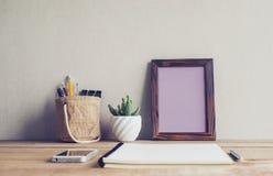 Zombe acima do quadro vazio da foto com a flor do cacto na mesa Fotos de Stock