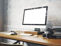 Zombe acima do tela de computador genérico do projeto na tabela Workspac fotos de stock royalty free