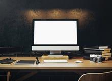 Zombe acima do tela de computador genérico do projeto na tabela Workspac imagens de stock royalty free