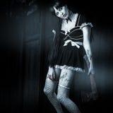 Zombi atractivo femenino con el hacha sangrienta Foto de archivo libre de regalías