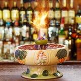 Zombi de cocktail en verre de tiki dans une boîte de nuit Photos libres de droits