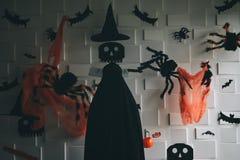Zombi muerto con el interruptor en la cabeza que se coloca en el cuarto oscuro del tono con los artículos adornados tales como cr foto de archivo