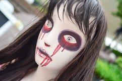 Zombi rampant de femme de poupée de Halloween photographie stock