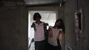 Zombieën die in de donkere gang in de verlaten bouw lopen stock video