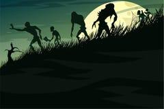 Zombieën die onderaan de heuvel in de mist op een volle maan lopen Stock Afbeelding