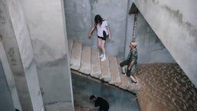 Zombieën die op de treden in het verlaten gebouw lopen stock footage