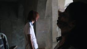 Zombieën die zich op de vloer bevinden Een overleefde vrouw die op treden lopen Haar opmerken en zombieën die zich omdraaien stock footage