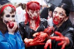 οι θηλυκοί γίνονται συμμετέχοντες περπατούν επάνω zombie Στοκ Φωτογραφίες