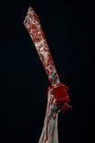 Αιματηρά χέρια με ένα μανιακό μαχαίρι δαιμόνων μεγάλων μαχαιριών zombie Στοκ εικόνες με δικαίωμα ελεύθερης χρήσης
