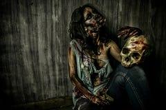Zombie και κρανίο Στοκ φωτογραφίες με δικαίωμα ελεύθερης χρήσης