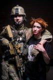 Στρατιώτης με το πυροβόλο όπλο και zombie Στοκ εικόνα με δικαίωμα ελεύθερης χρήσης