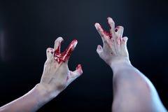 Zombie che allungano le mani sanguinanti Fotografia Stock
