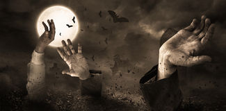 Zombie che aumentano dalla tomba immagini stock libere da diritti