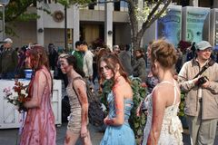 Zombie che si dirigono alla promenade immagine stock libera da diritti