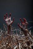 Zombie, der seine gruseligen Hände vom Grab ausdehnt Stockfotos