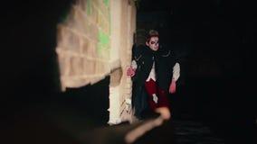 Zombie die naar slachtoffer in duisternis zoeken, kwaad schepsel die rond de bouw wandelen stock videobeelden