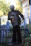 Zombie in Lebensgröße mit der Hand Stockfotos