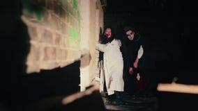 Zombie maschii e femminili spaventosi che rubacchiano con l'oscurità, invasione delle forze diaboliche stock footage
