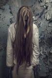 Zombie met loonghaar in een verlaten gebouw royalty-vrije stock fotografie