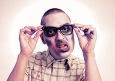 Zombie met zwarte plastic-omrande oogglazen Stock Afbeeldingen