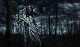 Zombie nella foresta morta immagine stock