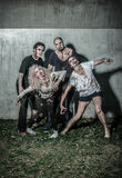 Zombie sanguinosi spaventosi che aspettano una preda Immagini Stock
