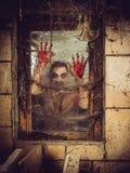 Zombie sanguinoso alla finestra Fotografie Stock Libere da Diritti