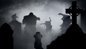 Zombie-Schattenbilder in einem nebeligen Friedhof 4k schlingen sich stock video