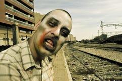 Zombie spaventoso ai binari ferroviari abbandonati, con un effetto del filtro Fotografia Stock Libera da Diritti
