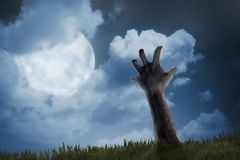 Zombie teilen vom Friedhof aus Lizenzfreie Stockbilder