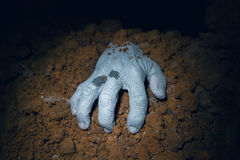 Zombiehand, die aus sein Grab herauskommt Lizenzfreies Stockfoto