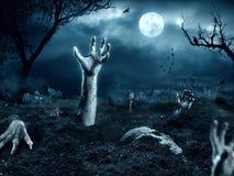 Zombiehand die uit zijn graf komen Royalty-vrije Stock Foto's
