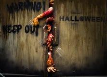 Zombiehand till och med dörren Royaltyfri Bild