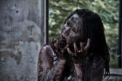 Zombiemädchen im Geisterhaus Stockfotografie