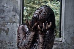 Zombiemädchen im Geisterhaus Stockbilder
