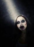 Zombiemeisje dat door Schijnwerper wordt verlicht royalty-vrije stock afbeeldingen